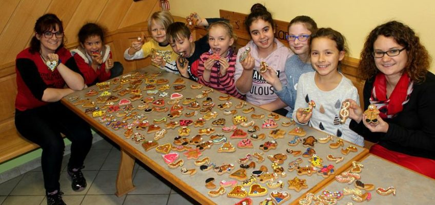 Gemeinsames Kekse verzieren mit den MMK-Youngstars